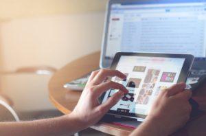 fingers on ipad online school teaching